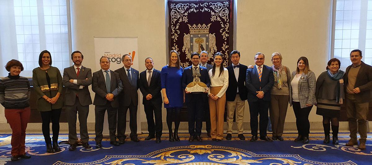 Los miembros del jurado junto al ganador del premio y las dos finalistas