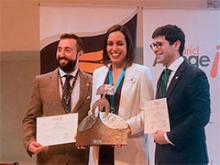 La ganadora del premio junto a los dos finalistas
